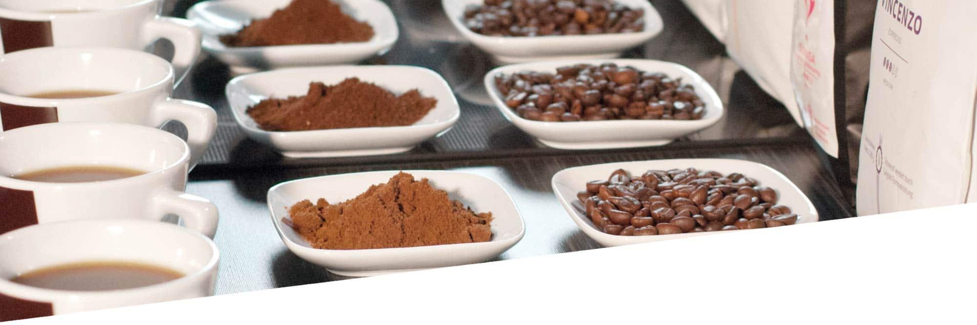 Kaffee in Bohnen, gemahlen und in der Tasse